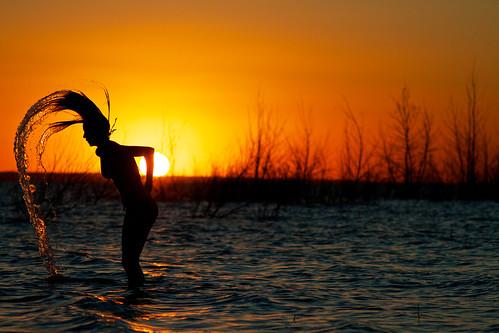 無料写真素材, 人物, 女性, 朝焼け・夕焼け, 河川・湖, 人物  朝焼け・夕焼け, 人物  水, シルエット