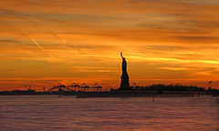 Statue of Liberty at sunset! - EXPLORE (Jehane*) Tags: nyc usa newyork canon photography manhattan statueofliberty 2009 ellisisland jehane ellisislandstatueofliberty canonpowershotsd790is statueoflibertyatsunset