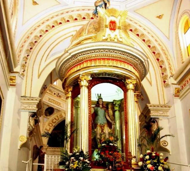 Glorieta a espaldas del altar principal con estatua de san Miguel