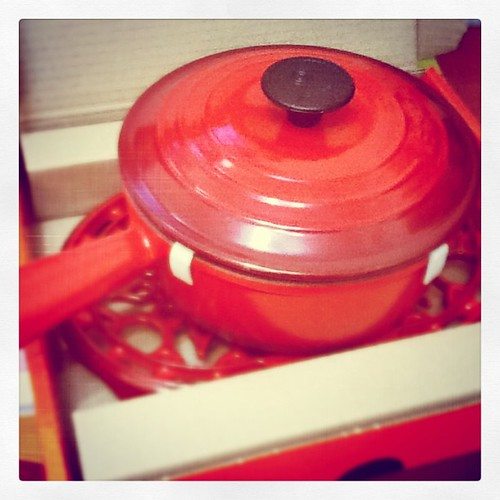 Le Creuset - Cherry red saucepan + lid + oval trivet