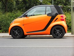Smart Fortwo Cabrio (Transaxle (alias Toprope)) Tags: orange black smart fortwo cabrio rims city urban downtown auto autos car cars coche coches voiture voitures macchina macchine curb curbs kerb kerbs parking street avenue road strada calle beauty soul power toprope nikon berlin 42 451 for two citycoupe citycabrio coupe topless snapshot microcar merecedes mercedesbenz german engineering smallcar kleinwagen citycar descapotable convertible cabriolet droptop drophead snap shot exoticcolors exoticcars kleinkraftwagen kraftfahrzeuge bunt kool koool kars