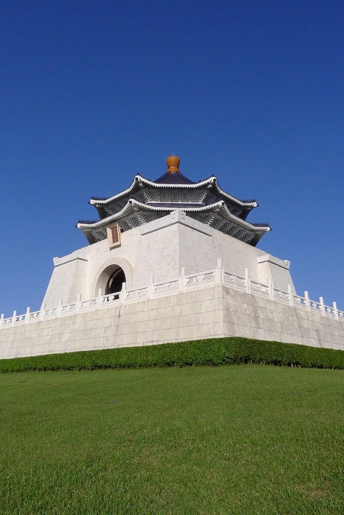 藍藍天空下中正紀念堂的自白