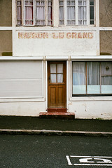 Maison Le Grand (Hunchentoot) Tags: street door leica france color film window analog 35mm words frames frankreich brittany europa europe pavement fenster bretagne rangefinder summicron frame superia400 farbe tr frontdoor rahmen leicam7 m7 fujisuperia fujisuperia400 brgersteig fujisuperiaxtra400 c41 superiaxtra 2011 haustr wrter xtra400 superiaxtra400 strase trbeurden kleinbild 35mmsummicronm farbfilm messucher