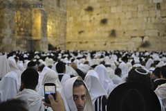 I were there (David Mor) Tags: people feast dawn nikon blackberry jewish sukkot psalm westernwall talit carlzeiss murodelaslamentaciones הכותלהמערבי worshippers murodaslamentações morningprayer klagemauer 嘆きの壁 zf2 ağlamaduvarı muroccidental murooccidentale 西墙 حائطالبراق hoshanarabbah distagont228 westmuur bookofdeuteronomy הוֹשַׁעְנָארַבָּא hoshanárabá стенанаплача zidžalovanja