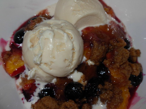 peach and blueberry crumble with ice cream