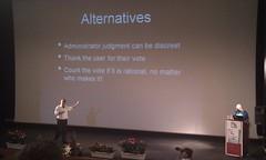 Ο Jimmy Wales μιλάει στο κοινό, στο μεγάλο αμφιθέατρο