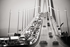 Rise (Pont de Normandie) (PetterPhoto) Tags: street trip travel bridge bw france cars monochrome rain de french grey nikon report gray images queue pont normandie nikkor 18200 steep pontdenormandie d300s petterphoto