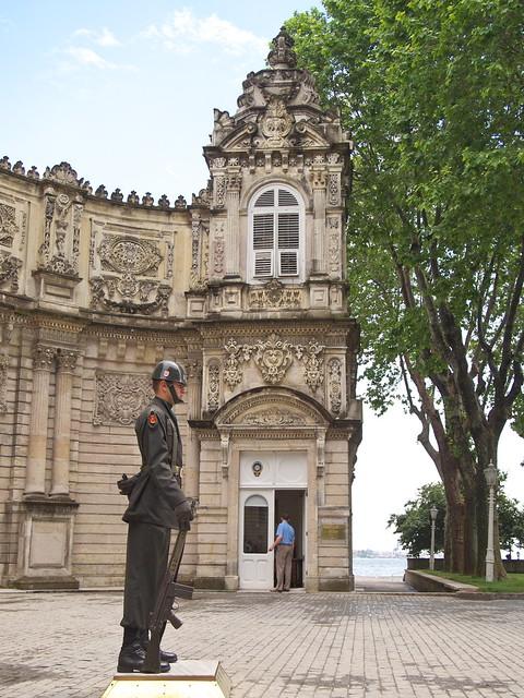 朵瑪巴切皇宮大門前的警衛