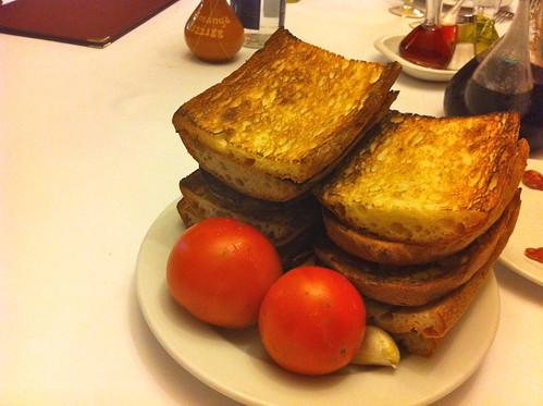 Tavèrnoles | Restaurant Fussimanya | Coca tostada, tomate y ajo