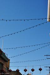 (Flor Gojman) Tags: sanfrancisco california street blue sky usa azul buildings lights luces calle edificios nikon chinatown cables cielo barriochino d90 nikond90