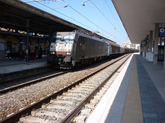 E189-403 di Rail Italia con carri chiusi in transito a Sestri Levante  13-08-2011 (guidix) Tags: italia rail di transito con carri chiusi sestri levante e189403 13082011