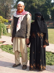 Delhi - Very traditional Muslim Pair (sharko333) Tags: voyage street travel portrait people woman india man asia asien delhi hijab asie niqab indien reise earthasia