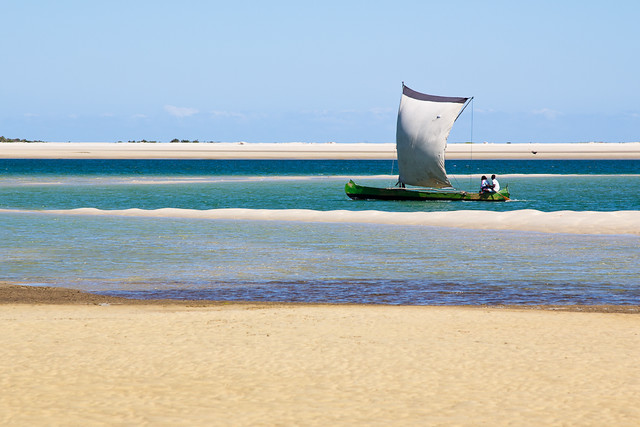 Mada pirogue and sand, par Franck Vervial