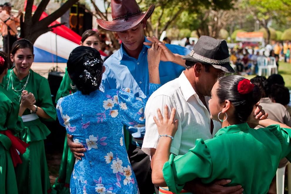 """La delegación artística de la comunidad de San Rafael estuvo colaborando con el 3er Festival del Licor, el grupo de bailarines presentó 2 números artísticos: Baile popular antiguo """"a lo Ymá"""" y danza paraguaya contemporánea. (Elton Núñez)"""