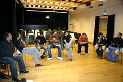 taller de igualdad de la exposición en Lobiano donde los alumnos estas sentados en sillas al rededor de un circulo