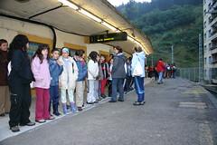 Estudiantes esperando al tren en las vias