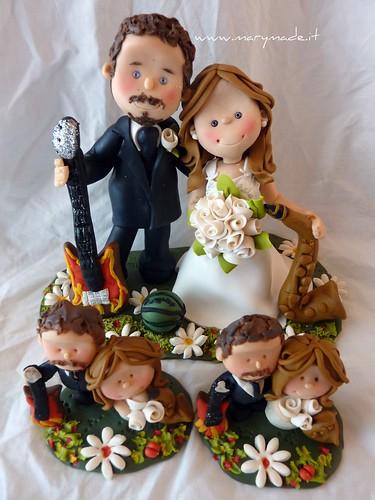 Il Cake topper personalizzato di Roberta - lui suona chitarra, lei il sassofono, creato da Mary Tempesta su Flickr