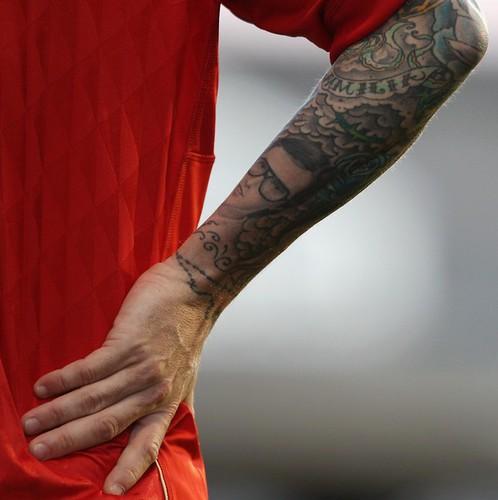 Gelandang Liverpool ini pamer tato naga di punggung pada pertandingan