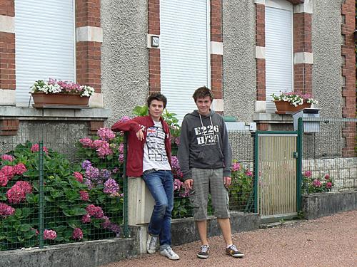 les garçons devant la maison.jpg