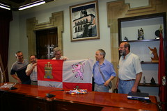 Entrega de la bandera al alcalde Carlos Totorica de el Presidente del Centro Cultural de Castilla Leon José María Casares acompañado por Carlos García y Epifanio Muriel en la Casa Consistorial