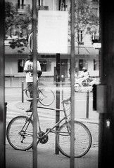 ~ watching ~ (Janey Kay) Tags: paris film analogue bp argentique parigi 2011 nikonf301 nikkor28mm28 paris13ème august2011 janeykay samyang85mm14 summerétésommer août2011 ilfordiso400film