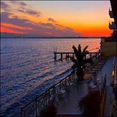 Lago di Garda (Pilar Azaa Taln ) Tags: color luz plantas europa italia edificio piscina amanecer cielo palmera terraza mesas sillas lagodigarda barandilla hamacas tumbonas desenzanodelgarda pilarazaataln hoteleste