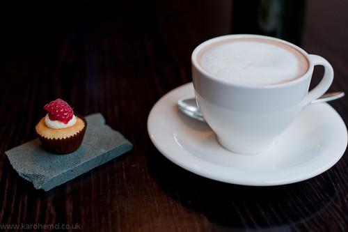 Mini cupcake, hot chocolate