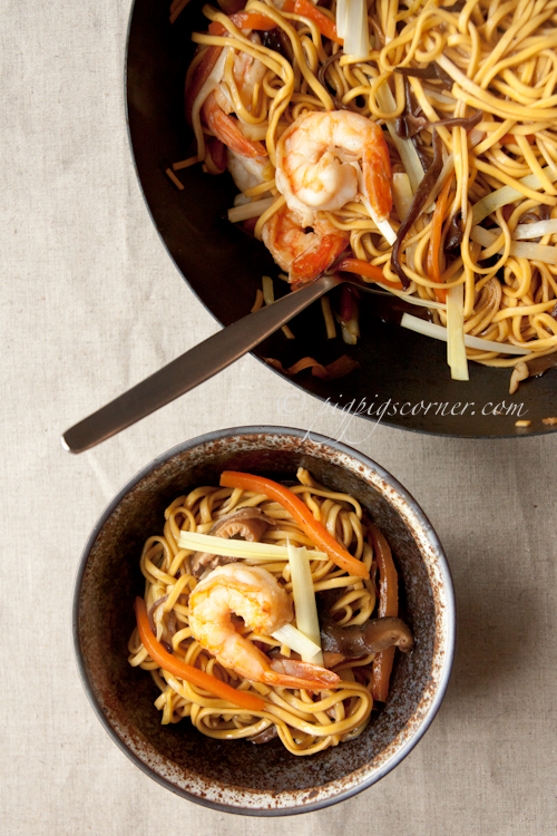 Braised Noodles with Yellow Chives (韭王炒面)