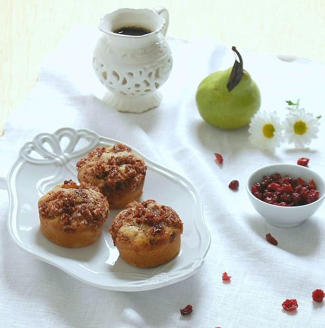 Pear and cranberry muffins with cinnamon pecan topping / Muffins de pêra e cranberry com cobertura de canela e pecã