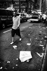 New York - 5th Ave #1 (Araakii) Tags: street new leica york nyc man trash zeiss 35mm shopping bag garbage rangefinder midtown 5thave m9 biogon3528zm