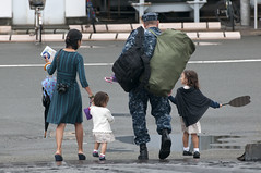 New Orleans native/Sailor leaves with his family after returning to Yokosuka from patrol (Official U.S. Navy Imagery) Tags: japan navy sailor usnavy yokosuka ddg85 arleighburke ussmccampbell cfay