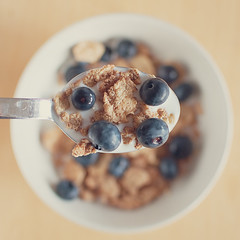 Blueberry flakes (Explored) (der Backman) Tags: 35mm milk spoon explore lait cereals cornflakes leche lffel milch kellogs muesli msli getreide explored nikond90 afsdxnikkor35mmf18g