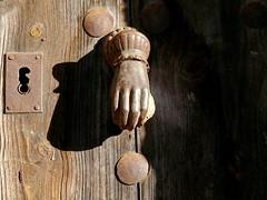 Aldaba/Doorknocker (Joe Lomas) Tags: door leica espaa spain puerta rust hand oxido rusted oxidation mano keyhole doorknocker cerradura oxidado aldaba llamador photostakenwithaleica leicaphoto