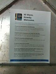 New Work City のドアにある張り紙