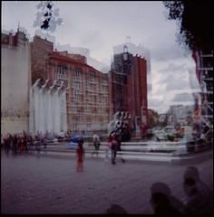 Paris, place Igor Stravinskij. (Khyrazad) Tags: paris place ombre persone piazza igor pompidou fontana stravinsky beaubourg parigi mosso stravinskij
