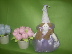 P1010328 (viviane venancio) Tags: tulipas decoração tecidos fadas centrodemesa cachepo lembrançinha bonecafada