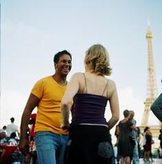 Last Tango in Paris (VLBPhotography) Tags: paris france vintage mediumformat square dance streetphotography 66 tango filmcamera moods argentique carr kodakportra carlzeissjena moyenformat biometar80mm photographiederue pentacon6tl frenchstreetphotographie