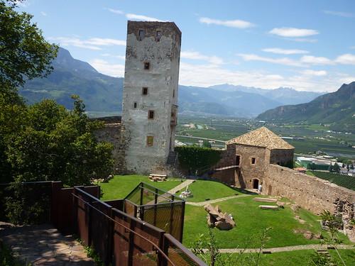 Der Innenhof von Schloss Sigmundskron mit Blick auf das Etschtal bis nach Meran