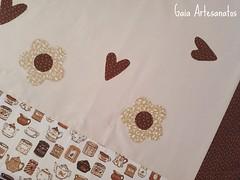 Toalha de Mesa | detalhes (Gaia Artesanatos) Tags: de country coração toalha patchwork mesa marrom fores aplique toalhinha