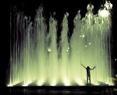 El señor de las aguas (Esparkling) Tags: persona agua fuente nocturna silueta niño virado f08 robado esparkling thepinnaclehof kanchenjungachallengewinner thepinnacleblog tphofweek118