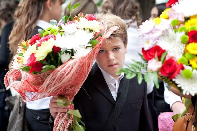 Леонтий, сын Тины Канделаки, с букетом цветов