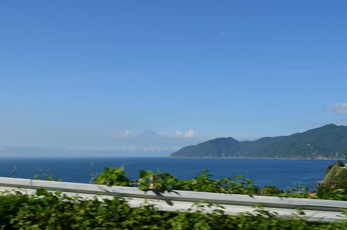 海。後ろに富士山見えてる