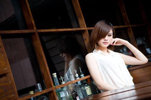 フリー写真素材, 人物, 女性, アジア女性, ショートヘア, 頬杖をつく, 台湾人,