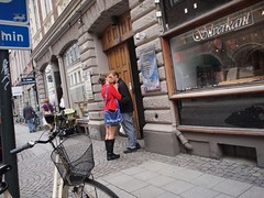 P7298989.ORF (Sigfrid Lundberg) Tags: street people woman man lund girl skne kiss couple sweden streetphotography jewelry sverige vm silversmith kyss heliar15mmf45 kvinna klostergatan voigtlanderheliar15mmf45