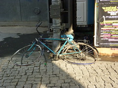Bicicleta abandonada (dietadeporte) Tags: street plaza urban alex bike bicycle germany square deutschland calle europa europe place platz eu paseo cycle alexanderplatz bici alemania rue allemagne berlim vélo germania alemanha transporte fahrräder berlino berlín cyklar sillín bicicletabike