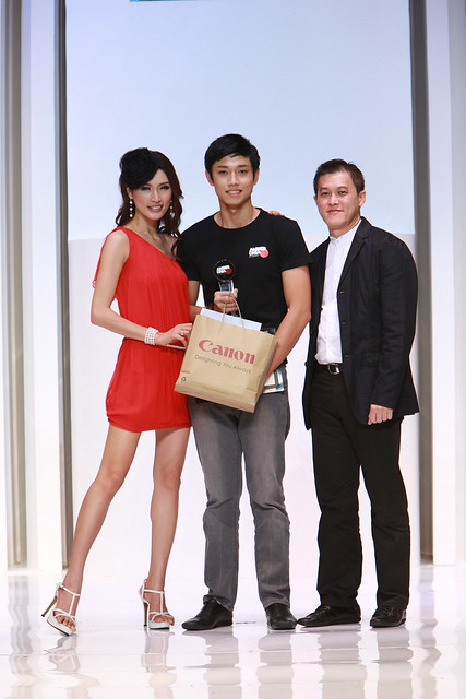 Amber Chia Wafa De Korte (Most Promising Female Model)  Simon Wong (Director - Imaging Communications Products Division Canon Malaysia).JPG