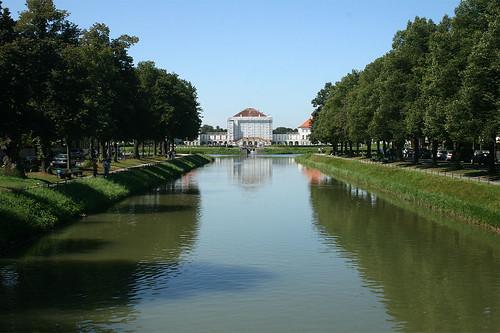 Schloß Nymphenburg von der Brücke Notburgastraße