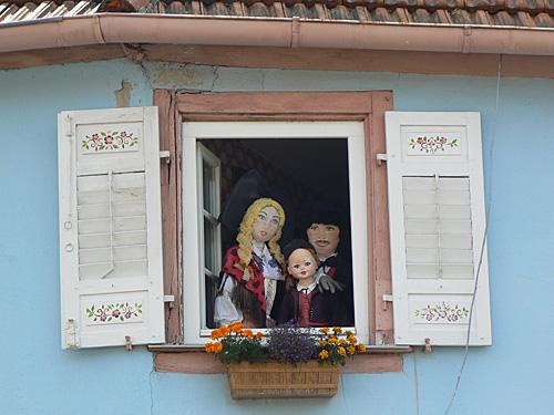 famille alsacienne à sa fenêtre.jpg