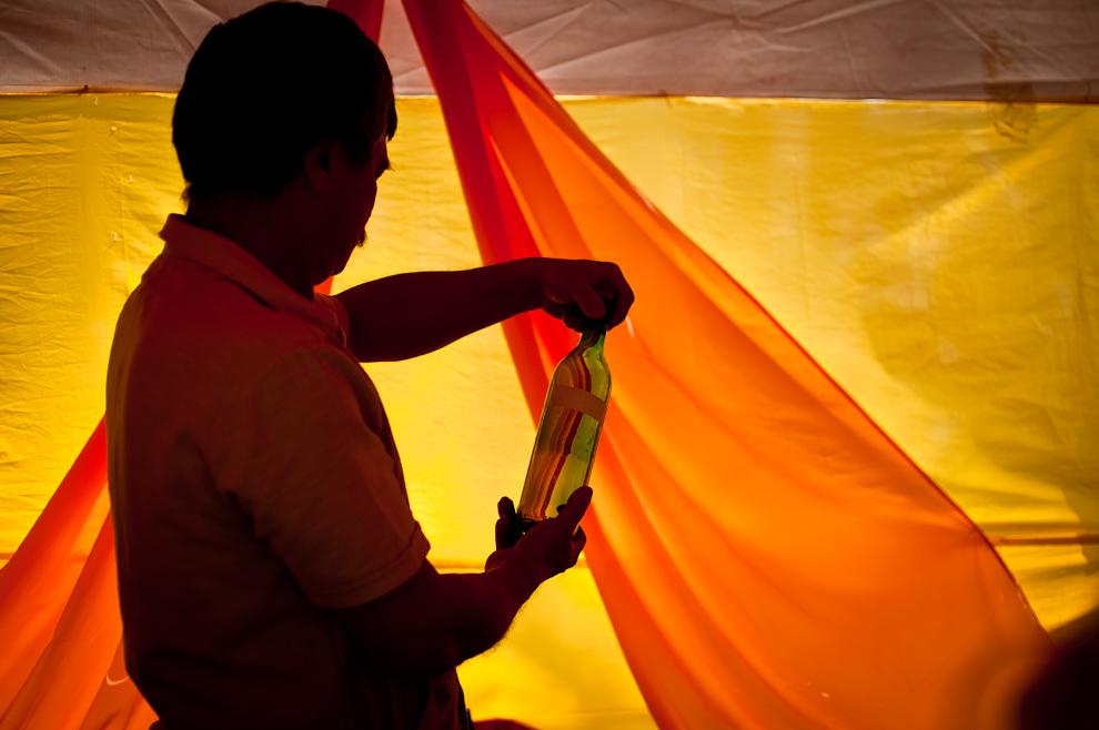 En setiembre del 2011 pudimos participar del Festival del Licor en la ciudad de Fulgencio Yegros. El Sr. Francisco González, productor de vinos de frutas, examina uno de sus vinos que selecciona para colocarlo a la venta. En su stand se podía degustar licores elaborados de distintas frutas, también todo tipo de vinos y jugos. (Elton Núñez)