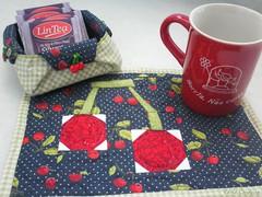 mug rug, chá & cerejas (Carla Cordeiro) Tags: origami foundation botão patchwork cozinha cereja caneca chá técnica dobradura cestinha mugrug frutasdetecido cantomitrado orinuno quiltinglivre